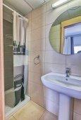 Ванная комната. Кипр, Центр Лимассола : Современная студия в комплексе с бассейном и тренажерным залом, в 20 метрах от пляжа
