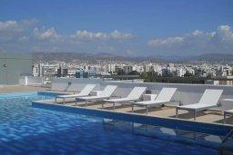 Бассейн. Кипр, Центр Лимассола : Современный апартамент в комплексе с бассейном и тренажерным залом, в 20 метрах от пляжа, с гостиной, отдельной спальней и балконом с видом на море
