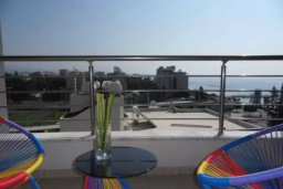 Балкон. Кипр, Центр Лимассола : Современный апартамент в комплексе с бассейном и тренажерным залом, в 20 метрах от пляжа, с гостиной, отдельной спальней и балконом с видом на море