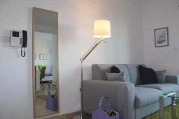 Гостиная. Кипр, Центр Лимассола : Современный апартамент в комплексе с бассейном и тренажерным залом, в 20 метрах от пляжа, с гостиной, отдельной спальней и балконом с видом на море