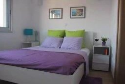Спальня. Кипр, Центр Лимассола : Современный апартамент в комплексе с бассейном и тренажерным залом, в 20 метрах от пляжа, с гостиной, отдельной спальней и балконом с видом на море