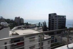 Вид. Кипр, Центр Лимассола : Современный апартамент в комплексе с бассейном и тренажерным залом, в 20 метрах от пляжа, с гостиной, отдельной спальней и балконом с видом на море
