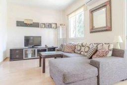 Гостиная. Кипр, Центр Лимассола : Апартамент с гостиной, отдельной спальней и балконом с видом на парк