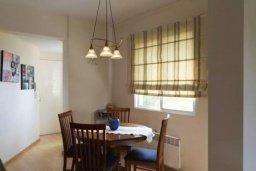 Обеденная зона. Кипр, Центр Лимассола : Апартамент с гостиной, отдельной спальней и балконом с видом на парк
