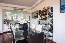 Гостиная. Кипр, Айос Тихонас Лимассол : Уютный апартамент возле пляжа с гостиной, тремя спальнями, двумя ванными комнатами и балконом