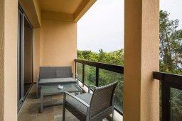 Балкон. Кипр, Айос Тихонас Лимассол : Уютный апартамент возле пляжа с гостиной, тремя спальнями, двумя ванными комнатами и балконом