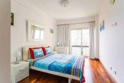 Спальня. Кипр, Айос Тихонас Лимассол : Уютный апартамент возле пляжа с гостиной, тремя спальнями, двумя ванными комнатами и балконом