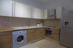 Кухня. Кипр, Пиргос : Апартамент в комплексе с бассейном, с гостиной, двумя спальнями, двумя ванными комнатами и террасой