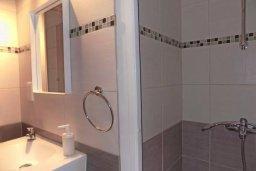 Ванная комната. Кипр, Пиргос : Апартамент в комплексе с бассейном, с гостиной, двумя спальнями, двумя ванными комнатами и террасой