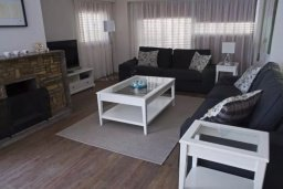 Гостиная. Кипр, Центр Лимассола : Уютный дом с зеленым двориком, 4 спальни, 2 ванные комнаты, парковка, Wi-Fi