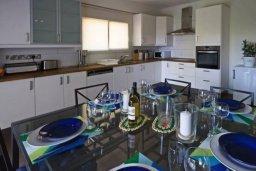 Кухня. Кипр, Центр Лимассола : Уютный дом с зеленым двориком, 4 спальни, 2 ванные комнаты, парковка, Wi-Fi