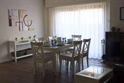Обеденная зона. Кипр, Центр Лимассола : Уютный дом с зеленым двориком, 4 спальни, 2 ванные комнаты, парковка, Wi-Fi