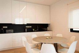 Кухня. Кипр, Гермасойя Лимассол : Современный апартамент в комплексе с бассейном в 20 метрах от пляжа, с гостиной, тремя спальнями и балконом с видом на море