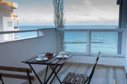 Балкон. Кипр, Гермасойя Лимассол : Современный апартамент в комплексе с бассейном в 20 метрах от пляжа, с гостиной, тремя спальнями и балконом с видом на море