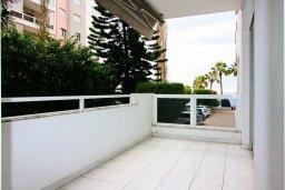Балкон. Кипр, Гермасойя Лимассол : Уютный апартамент в комплексе с бассейном в 40 метрах от пляжа, с гостиной, тремя спальнями, двумя ванными комнатами и балконом с боковым видом на море