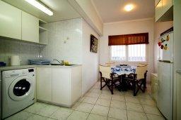 Кухня. Кипр, Гермасойя Лимассол : Уютный апартамент в комплексе с бассейном в 40 метрах от пляжа, с гостиной, тремя спальнями, двумя ванными комнатами и балконом с боковым видом на море