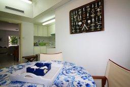 Обеденная зона. Кипр, Гермасойя Лимассол : Уютный апартамент в комплексе с бассейном в 40 метрах от пляжа, с гостиной, тремя спальнями, двумя ванными комнатами и балконом с боковым видом на море