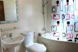 Ванная комната. Кипр, Пернера : Уютная вилла с бассейном и двориком с барбекю, 3 спальни, 2 ванные комнаты, парковка, Wi-Fi