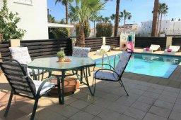 Обеденная зона. Кипр, Пернера : Уютная вилла с бассейном и двориком с барбекю, 3 спальни, 2 ванные комнаты, парковка, Wi-Fi