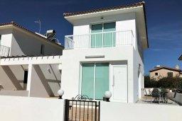 Фасад дома. Кипр, Ионион - Айя Текла : Уютная вилла с зеленым двориком в 100 метрах от пляжа, 3 спальни, терраса и балкон с видом на море, барбекю, парковка, Wi-Fi
