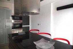 Кухня. Кипр, Айос Тихонас Лимассол : Современная вилла с бассейном и зеленым двориком с барбекю, 3 спальни, 2 ванные комнаты, парковка, Wi-Fi