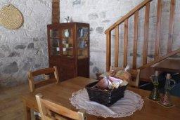 Обеденная зона. Кипр, Троодос : Каменный дом с приватным двориком с солярием с шезлонгами на крыше, 2 спальни, 2 ванные комнаты, барбекю, парковка, Wi-Fi