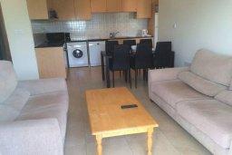 Гостиная. Кипр, Св. Рафаэль Лимассол : Апартамент в комплексе с бассейном недалеко от пляжа, с гостиной, отдельной спальней и балконом