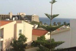 Вид на море. Кипр, Св. Рафаэль Лимассол : Апартамент в комплексе с бассейном недалеко от пляжа, с гостиной, отдельной спальней и балконом