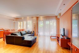 Гостиная. Кипр, Центр Лимассола : Апартамент в комплексе с бассейном недалеко от пляжа, с гостиной, тремя спальнями, двумя ванными комнатами и террасой
