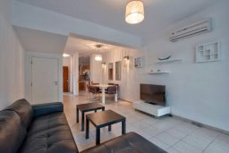 Гостиная. Кипр, Дасуди Лимассол : Двухуровневый таунхаус в комплексе с бассейном, с гостиной, двумя спальнями, двумя ванными комнатами, террасой и балконом