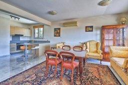 Гостиная. Кипр, Св. Рафаэль Лимассол : Апартамент в комплексе с бассейном, с гостиной, двумя спальнями и большим балконом с барбекю