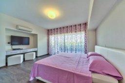 Спальня. Кипр, Мутаяка Лимассол : Просторный пентхаус в комплексе с бассейном, с гостиной, тремя спальнями, двумя ванными комнатами и большой террасой с обеденной зоной, барбекю и шезлонгами