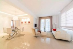 Гостиная. Кипр, Гермасойя Лимассол : Современный апартамент в престижном комплексе в 20 метрах от пляжа, с гостиной, тремя спальнями, двумя ванными комнатами и балконом с боковым видом на море