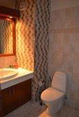 Туалет. Кипр, Айос Тихонас Лимассол : Роскошный пентхаус в комплексе с бассейном и в 20 метрах от пляжа, с гостиной, 5-ю спальнями, 3-мя ванными комнатами и балконом с шикарным видом на море