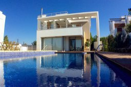Фасад дома. Кипр, Лачи : Роскошная вилла с бассейном в 150 метрах от пляжа, 4 спальни, 4 ванные комнаты, зеленый дворик, барбекю, настольный теннис, парковка, Wi-Fi