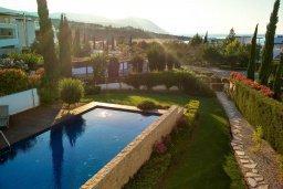 Бассейн. Кипр, Лачи : Роскошная вилла с бассейном в 150 метрах от пляжа, 4 спальни, 4 ванные комнаты, зеленый дворик, барбекю, настольный теннис, парковка, Wi-Fi