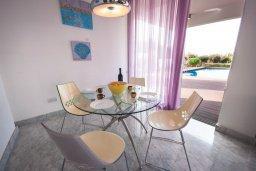 Обеденная зона. Кипр, Лачи : Роскошная вилла с бассейном в 150 метрах от пляжа, 4 спальни, 4 ванные комнаты, зеленый дворик, барбекю, настольный теннис, парковка, Wi-Fi