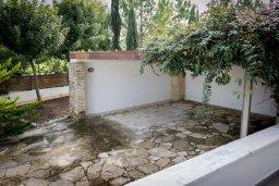 Парковка. Кипр, Лачи : Роскошная вилла с бассейном в 150 метрах от пляжа, 4 спальни, 4 ванные комнаты, зеленый дворик, барбекю, настольный теннис, парковка, Wi-Fi