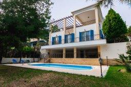 Фасад дома. Кипр, Лачи : Прекрасная вилла с бассейном в 100 метрах от пляжа, 3 спальни, 2 ванные комнаты, зеленый дворик, барбекю, парковка, Wi-Fi