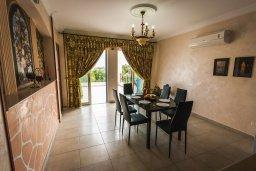 Обеденная зона. Кипр, Лачи : Прекрасная вилла с бассейном в 100 метрах от пляжа, 3 спальни, 2 ванные комнаты, зеленый дворик, барбекю, парковка, Wi-Fi