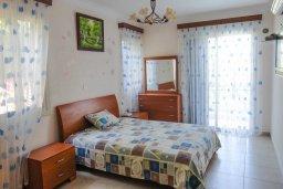 Спальня. Кипр, Лачи : Прекрасная вилла с бассейном в 100 метрах от пляжа, 3 спальни, 2 ванные комнаты, зеленый дворик, барбекю, парковка, Wi-Fi