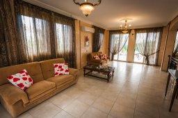 Гостиная. Кипр, Лачи : Прекрасная вилла с бассейном в 100 метрах от пляжа, 3 спальни, 2 ванные комнаты, зеленый дворик, барбекю, парковка, Wi-Fi