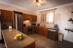 Кухня. Кипр, Лачи : Прекрасная вилла с бассейном в 100 метрах от пляжа, 3 спальни, 2 ванные комнаты, зеленый дворик, барбекю, парковка, Wi-Fi