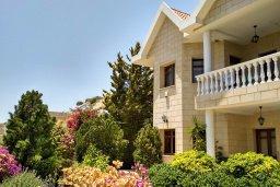 Фасад дома. Кипр, Айос Тихонас Лимассол : Прекрасная вилла с бассейном и зеленой территорией, 4 спальни, 3 ванные комнаты, парковка, Wi-Fi