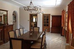 Обеденная зона. Кипр, Айос Тихонас Лимассол : Прекрасная вилла с бассейном и зеленой территорией, 4 спальни, 3 ванные комнаты, парковка, Wi-Fi