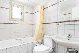 Ванная комната. Кипр, Фиг Три Бэй Протарас : Шикарная вилла с бассейном в 100 метрах от пляжа Фиг Три Бей, 3 спальни, 2 ванные комнаты, барбекю, парковка, Wi-Fi