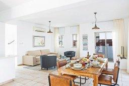 Гостиная. Кипр, Фиг Три Бэй Протарас : Шикарная вилла с бассейном в 100 метрах от пляжа Фиг Три Бей, 3 спальни, 2 ванные комнаты, барбекю, парковка, Wi-Fi