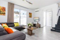 Гостиная. Кипр, Каво Марис Протарас : Современная вилла с бассейном и двориком с барбекю, 3 спальни, 4 ванные комнаты, терраса на крыше, парковка, Wi-Fi