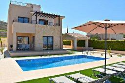 Фасад дома. Кипр, Лачи : Современная вилла в 100 метрах от пляжа с бассейном, 4 спальни, 3 ванные комнаты, парковка, Wi-Fi
