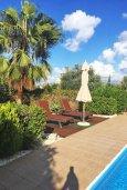 Зона отдыха у бассейна. Кипр, Лачи : Прекрасная вилла с бассейном и зеленым двориком, 3 спальни, 3 ванные комнаты, парковка, Wi-Fi
